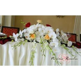 Aranjament cu hortensii, trandafiri si orhidee.