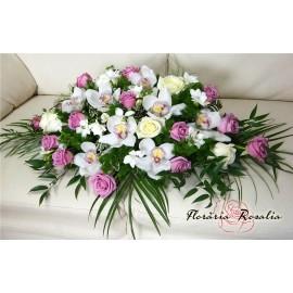 Aranjamente prezidiu cu trandafiri, frezii si cymbidium