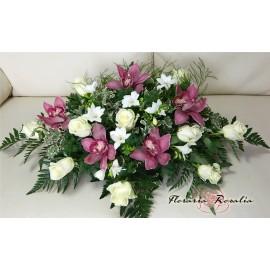 Aranjamente prezidiu cu trandafiri, frezii si orhidee