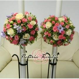 Lumanari cu 15 trandafiri, miniroze si frezii