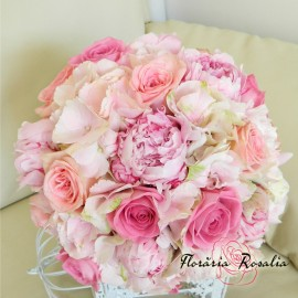 Buchet hortensii, bujori si trandafiri