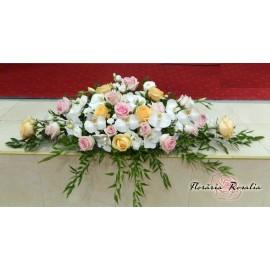 Aranjament mediu cu trandafiri si orhidee phalaenosis