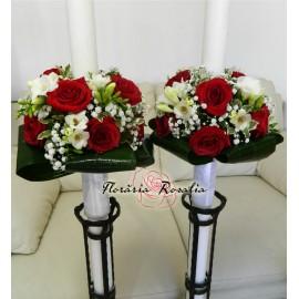 Lumanari cu trandafiri rosii si frezii albe