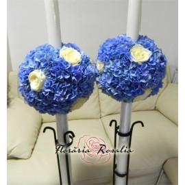 Luamanari cu hortensii albastre si trandafiri albi