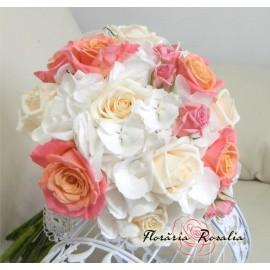 Buchet 15 trandafiri, hortensii si miniroze