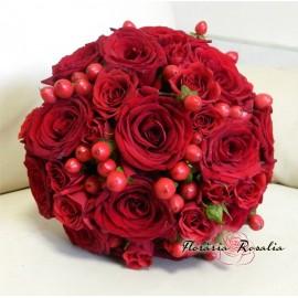 Buchet rosu cu trandafiri, miniroze si hypericum