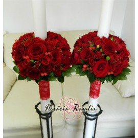 Lumanari rosii cu trandafiri, miniroze si hypericum