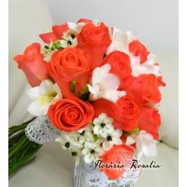 Buchet cu trandafiri Wow si frezii albe