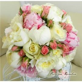 Buchet cu bujori, trandafiri si miniroze