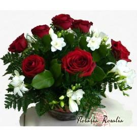 Cos trandafiri rosii si frezii albe
