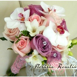 Buchet trandafiri, frezii si orhidee phalaenopsis