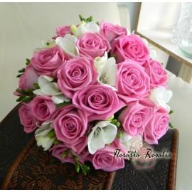 Buchet roz cu trandafiri si frezii