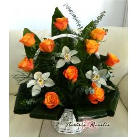 Cos trandafiri portocalii si orhidee
