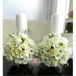 Lumanari scurte albe cu trandafiri, frezii si eustoma