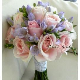 Buchet cu trandafiri roz si frezii mov