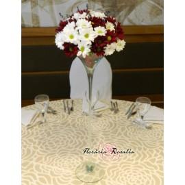 Aranment pe cupa martini cu crizanteme