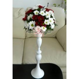 Aranjament pe sfesnic alb cu crizanteme