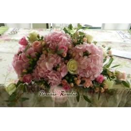 Aranjament cu hortenzii roz , miniroze, trandafiri