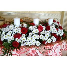 Aranjamen cu 3 lumanari, trandafiri si crizanteme
