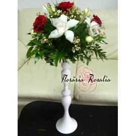 Aranjament pe sfec alb cu trandafiri si orhidee