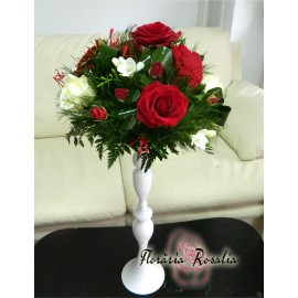 Aranjament pe sfeic cu 5 trandafiri, frezii, miniroze