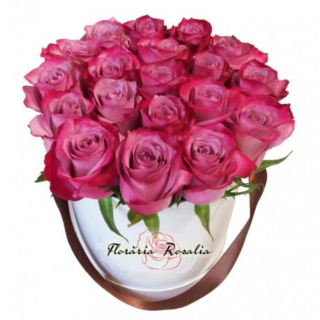 Cutie cu 19 trandafiri mov