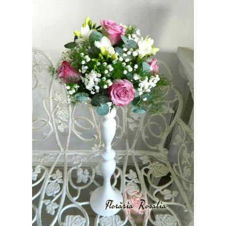 Aranjament cu trandafiri mov si frezii