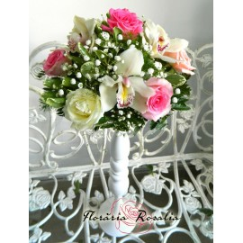 Arajament cu trandafiri pastel si orhidee