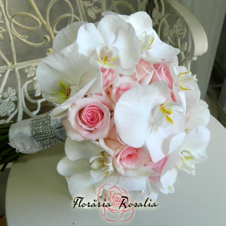 Buchet cu trandafiri si orhidee phalaenopsis