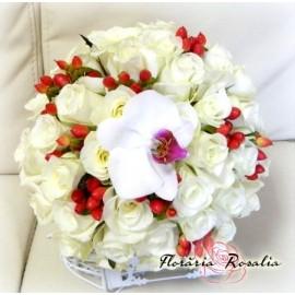 Buchet cu trandafiri Akito si hypericum