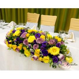 Aranjament cu flori galbene si mov