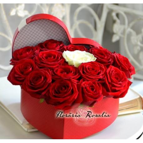 Cutie inima cu 15 trandafiri