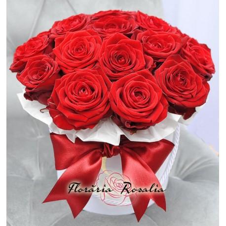 Cutie rotunda cu 15 trandafii rosii