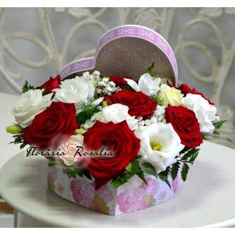 Cutie inima cu 7 trandafiri si eustoma
