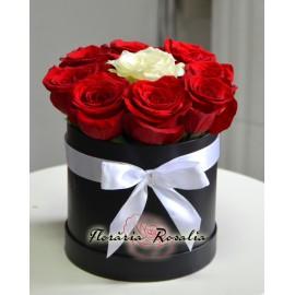 Cutie rotunda cu 9 trandafiri