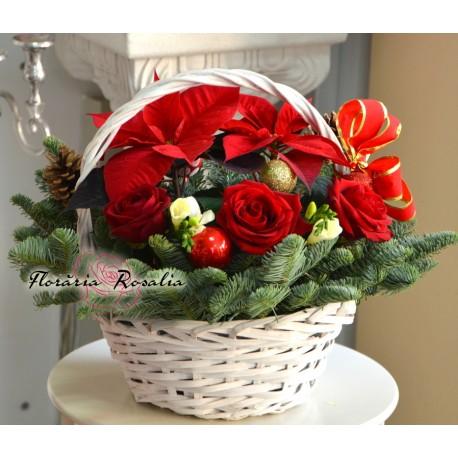 Cos festiv cu Euphorbia si trandafiri