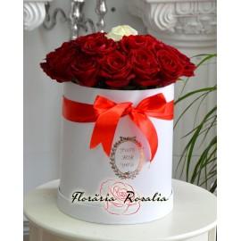 Cutie rotunda cu 21 trandafiri
