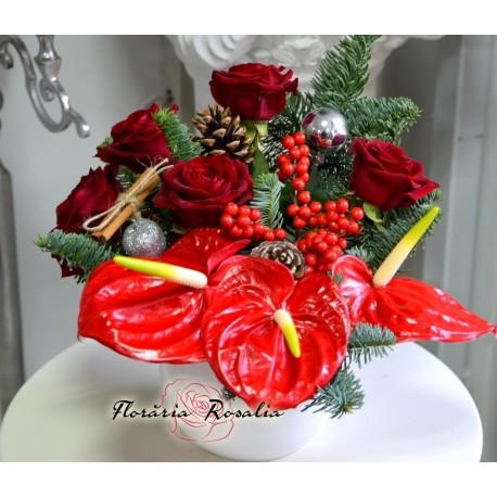 Aranjament de Craciun cu trandafiri si anthurium