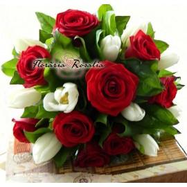 Buchet trandafiri rosii si lalele albe