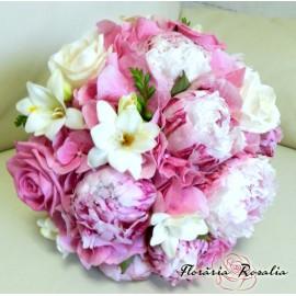 Buchet cu bujori, trandafiri, hortensii si frezii.