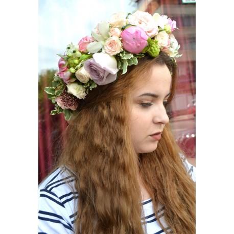 Coronita bogata cu bujori, trandafiri, miniroze
