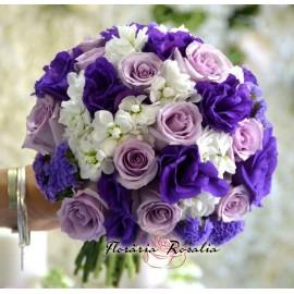 Buchet mov cu trandafiri si mathiola