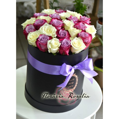 Cutie rotunda cu 25 trandafiri alb-mov