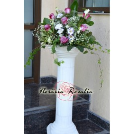 Aranjament pe coloana cu trandafiri mov