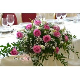 Aranjament cu trandafiri, miniroze si hypericum