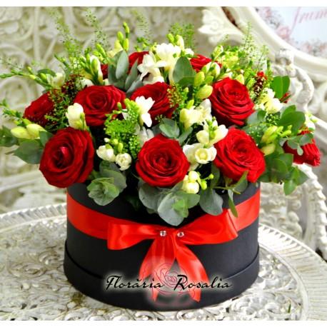 Cutie rotunda cu trandafiri si frezii