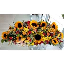 Aranjament cu floarea soarelui si miniroze