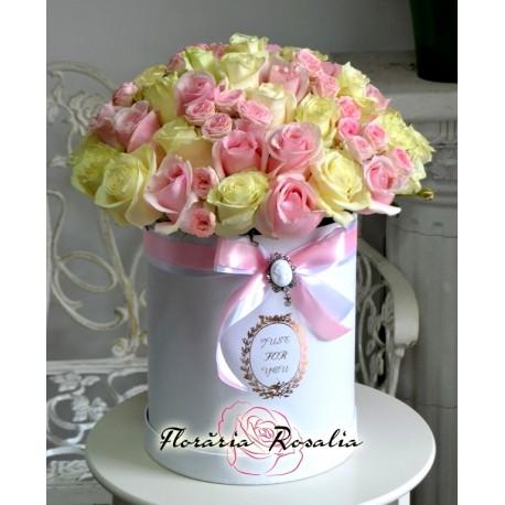 Cutie cu 51 trandafiri si miniroze