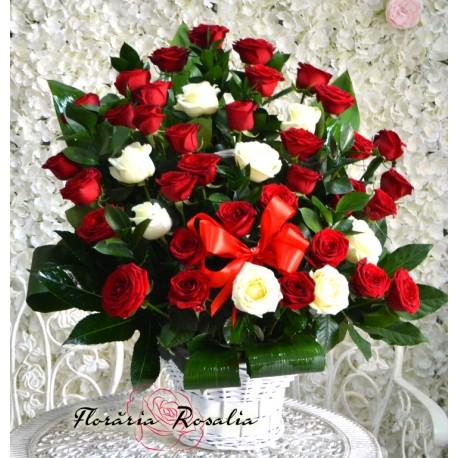Cos cu 43 trandafiri alb-rosii