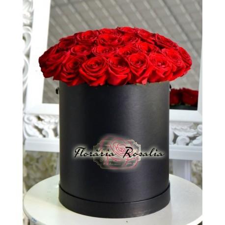 Cutie rotunda cu 35 trandafiri rosii